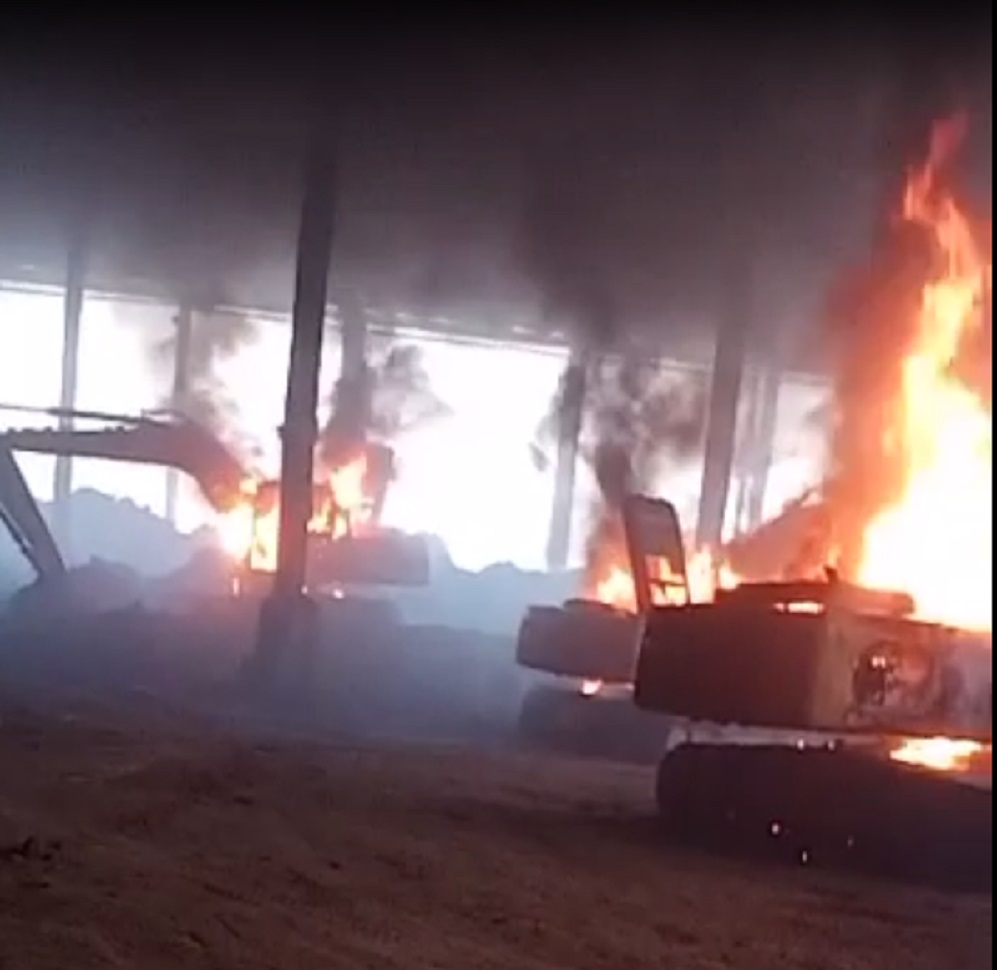 Petugas Pengamanan Brutal Lempari Aksi Buruh Pabrik Nikel PT. VDNI Dengan Batu, Dibalas Pembakaran Alat Berat